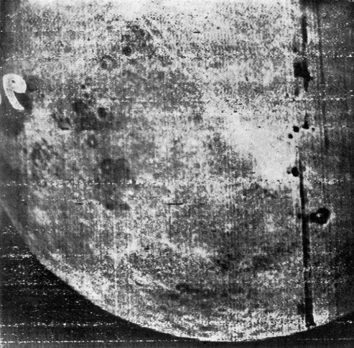 Zdjęcie ciemnej strony Księżyca zrobione przez Łunę 3. Źródło: http://mentallandscape.com/C_CatalogMoon.htm