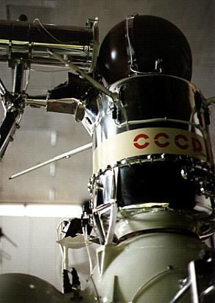Statek kosmiczny typu E-8-5 - kapsuła powrotna i urządzenie wiercące. Autor zdjęcia: Mark Wade / www.astronautix.com