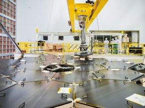 Instalacja segmentu zwierciadła dla teleskopu JWST