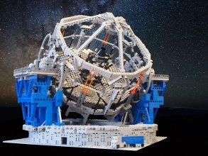 Model teleskopu E-ELT w skali 1:150 zbudowany z klocków LEGO
