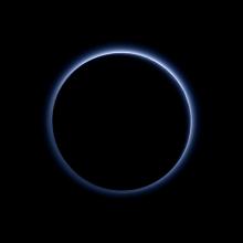 Niebieska atmosfera na Plutonie. Obraz powstał po obróbce fotografii przesłanych przez sondę New Horizons