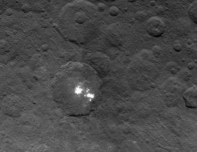 Jasne struktury na powierzchni Ceres, sfotografowane przez sondę Dawn 6 czerwca 2015 r.