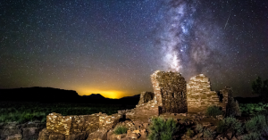 Droga Mleczna nad pomnikiem przyrody Wupatki, Arizona.