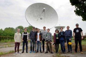 Uczestnicy warsztatów Krajowego Funduszu na rzecz Dzieci na tle radioteleskopów w Centrum Astronomii UMK w Piwnicach koło Torunia