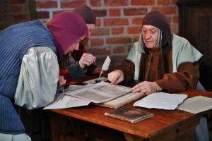 Mikołaj Kopernik tłumaczy Joachimowi Retykowi oraz Henrykowi Zellowi swoją teorię heliocentryczną
