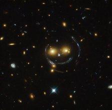 Uśmiechnięta emotikonka - gromada galaktyk SDSS J1038+4849