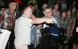 Bronisław Komorowski patrzy przez teleskop na gwiazdy
