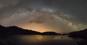 Nocne niebo nad parkiem Snowdonia