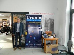 Mini stoisko Uranii oraz dr Krzysztof Czart - redaktor czasopisma i portalu