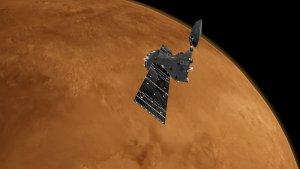 Artystyczna wizja sondy Trace Gas Orbiter (TGO) na orbicie wokół Marsa. Źródło: ESA/ATG medialab