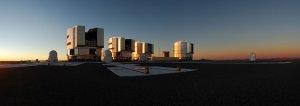 Zespół teleskopów VLT w Obserwatorium ESO Paranal o zachodzie słońca