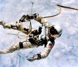 Ed White przebywający na spacerze kosmicznym 3 czerwca 1965