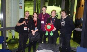 Zespół HEDGEHOG w Europejskiej Agencji Kosmicznej (ESA). Od lewej: Jacek Goczkowski, Agnieszka Elwertowska, Karol Pelzner, Paxi (maskotka ESA), Adam Dąbrowski oraz Szymon Krawczuk. Fot. Veronica Botti/ESA