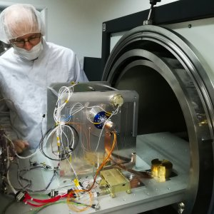 DESIS-POI – przygotowanie do testów kwalifikacyjnych w komorze termiczno-próżniowej w CBK PAN (fot. CBK PAN).