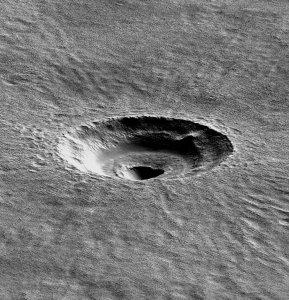 Krater tarasowy w rejonie Arcadia Planitia