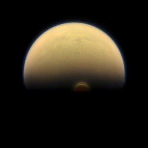 Lodowe chmury na południowym biegunie Tytana
