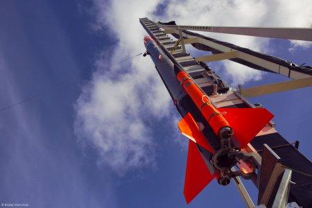 Rakieta ILR-33 Bursztyn na belce wyrzutni startowej, gotowa do startu.